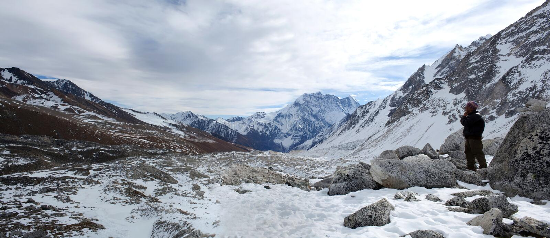 Panorama da montanha no Nepal Himalaya fotografia de stock royalty free