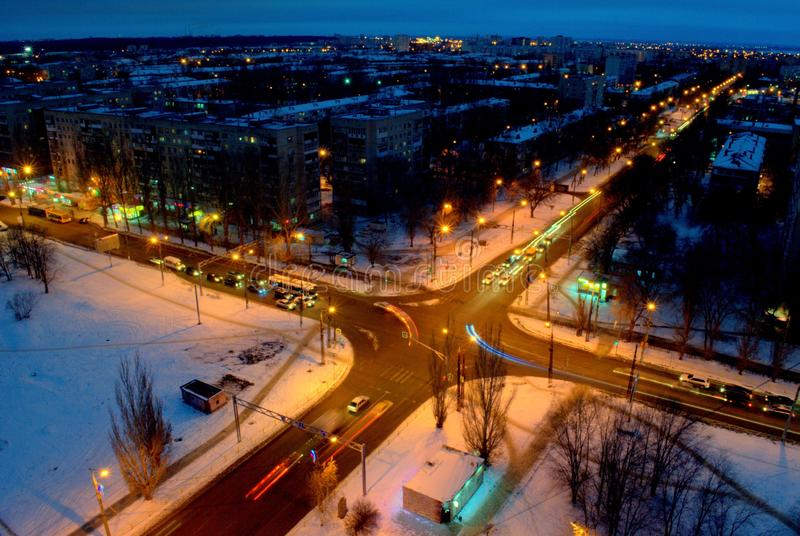 Panorama da noite da cidade de Tolyatti que negligencia a interseção de ruas de Mira e de Golosova foto de stock royalty free