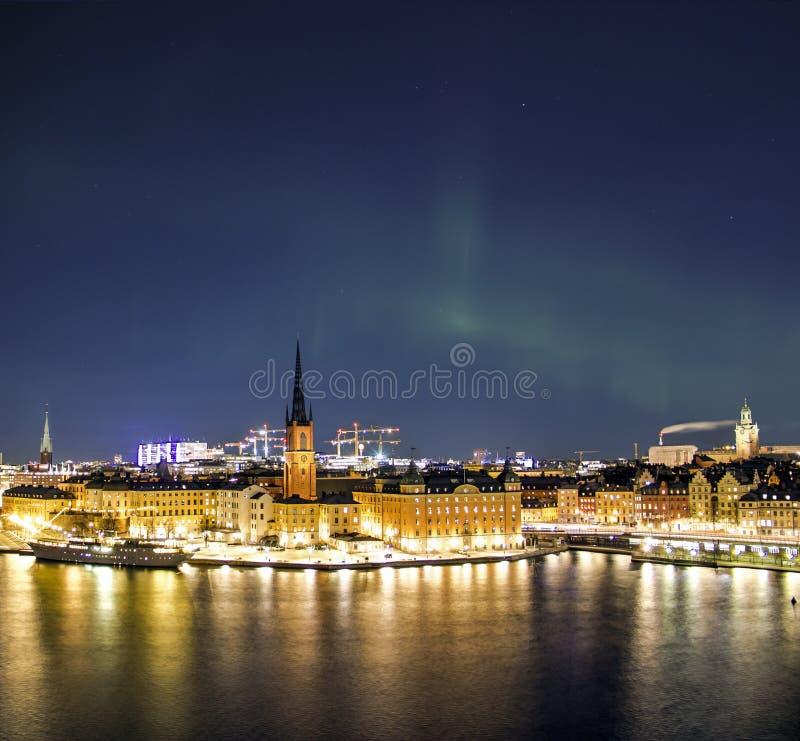 Panorama da noite com aurora boreal de Gamla Stan Old Town, Éstocolmo, Suécia foto de stock