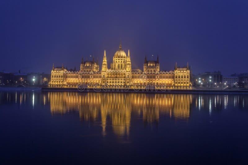 Panorama da noite da construção do parlamento situada no capitol do país imagem de stock royalty free