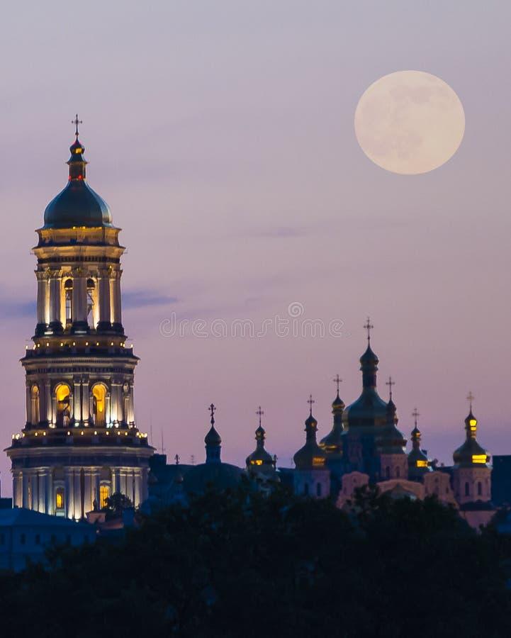 Panorama da noite da cidade foto de stock