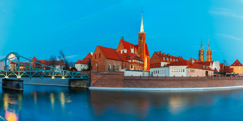 Panorama da noite da ponte de Tumski, Wroclaw, Polônia imagens de stock royalty free