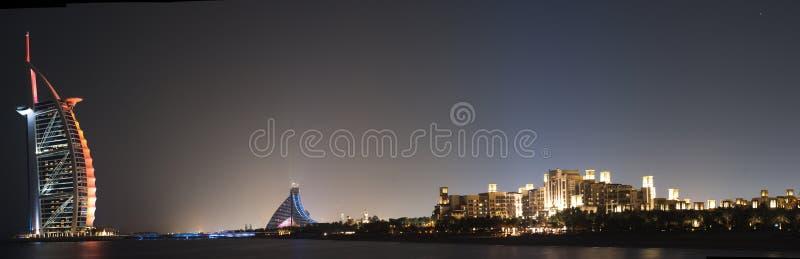 Panorama da noite da praia de Dubai fotos de stock royalty free