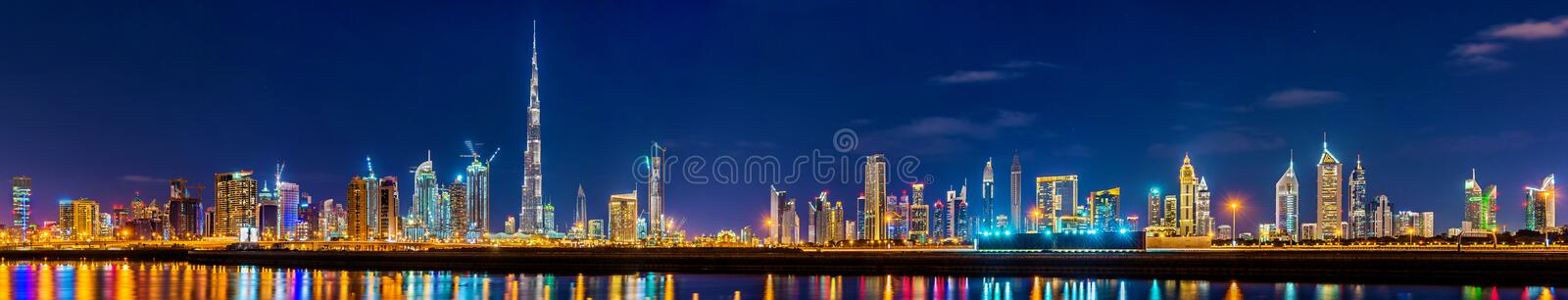 Panorama da noite de Dubai do centro fotos de stock
