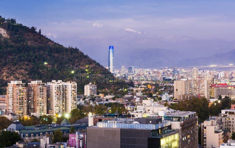 Panorama da noite de Santiago do Chile fotos de stock royalty free