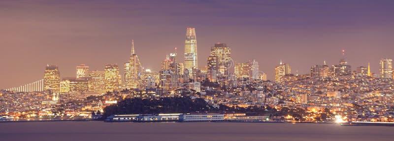 Panorama da noite do centro da cidade de San Francisco imagens de stock royalty free