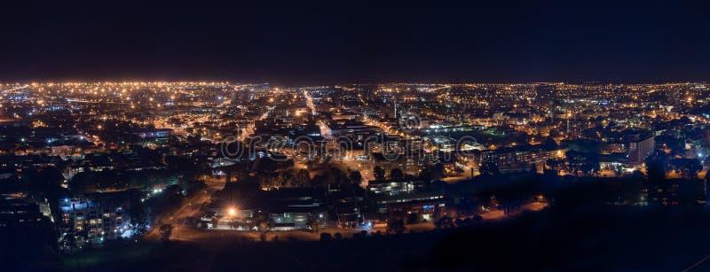 Panorama da noite do distrito financeiro central em Bloemfon fotografia de stock