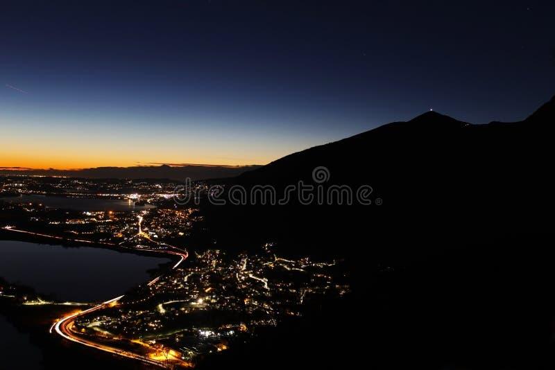Panorama da noite dos cumes sobre Lombardy do norte com poluição de luzes da cidade imagem de stock