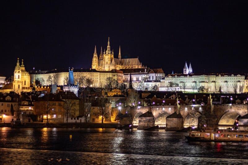 Panorama da noite que negligencia as construções históricas do castelo de Praga imagens de stock royalty free