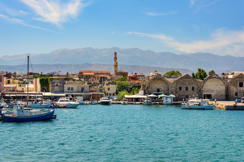 Panorama da opinião da cidade de Chania no porto velho na ilha da Creta, Grécia fotos de stock royalty free