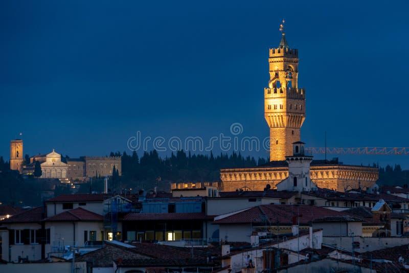 Panorama da opinião da noite de Florença do signoria do della de Palazzo foto de stock