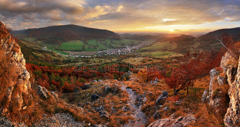 Panorama da paisagem colorida do outono na aldeia da montanha f fotografia de stock