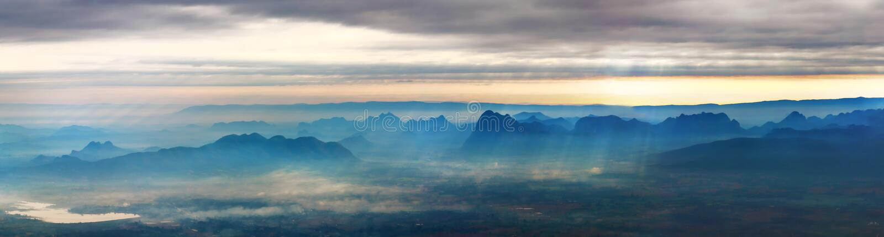 Panorama da paisagem da montanha imagens de stock