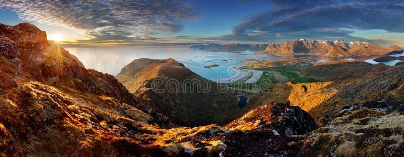 Panorama da paisagem de Noruega com oceano e montanha imagens de stock