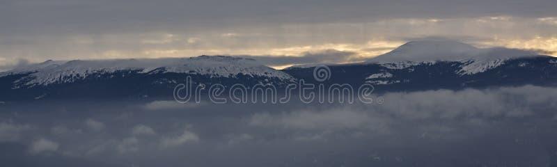 Panorama da paisagem da montanha no parque nacional de Rússia imagem de stock royalty free