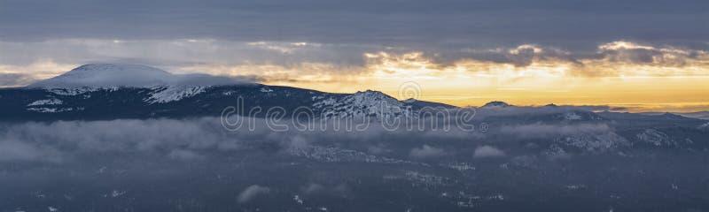 Panorama da paisagem da montanha no parque nacional de Rússia fotos de stock royalty free