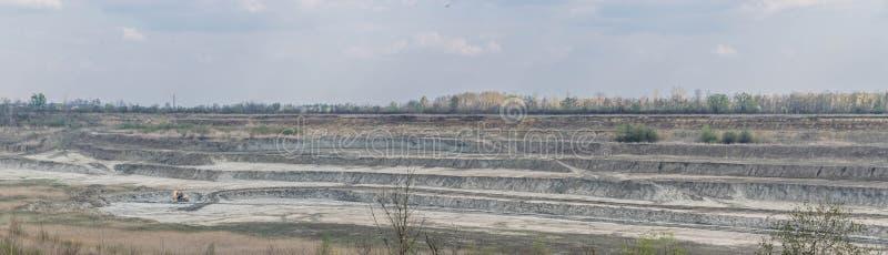 Panorama da pedreira com máquina escavadora fotografia de stock royalty free