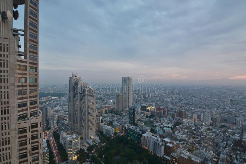 Panorama da plataforma de observação metropolitana da construção do governo Shinjuku Tóquio japão imagens de stock royalty free