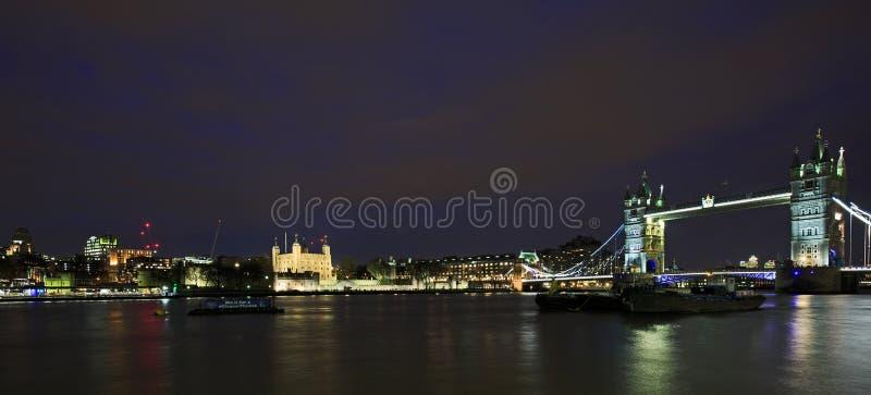 Panorama da ponte da torre iluminado na noite - Londres fotos de stock