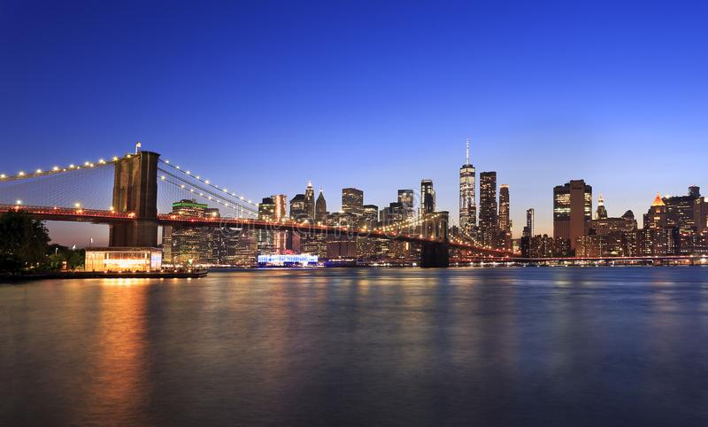 Panorama da ponte de Brooklyn e do New York City no crepúsculo imagem de stock