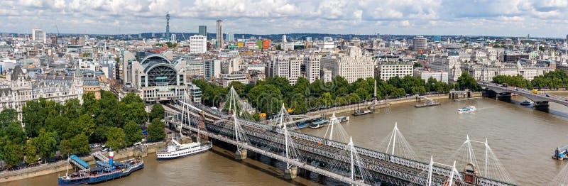 Panorama da ponte de Hungerford em Londres imagens de stock royalty free