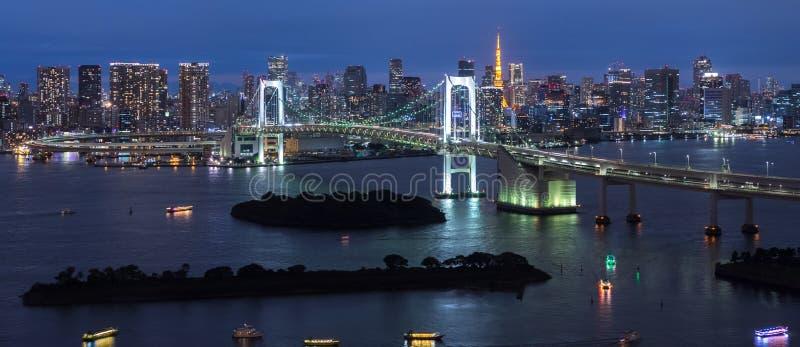 Panorama da ponte do arco-íris na noite, Tóquio, Japão imagem de stock royalty free