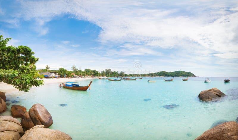 Panorama da praia asiática do paraíso em Tailândia foto de stock royalty free