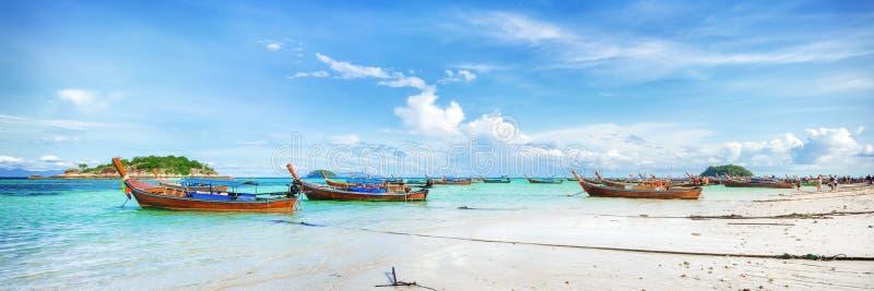 Panorama da praia asiática do paraíso em Tailândia foto de stock