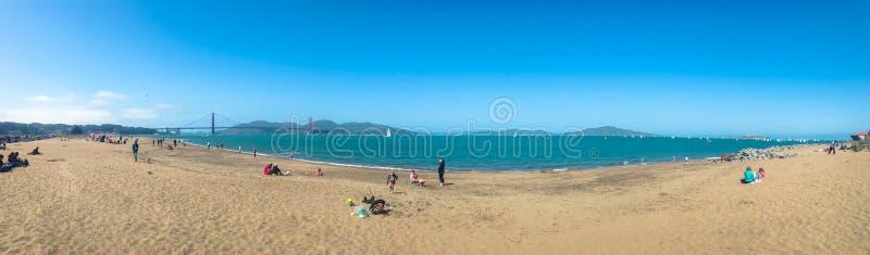 Panorama da praia com vistas de golden gate bridge em San Francisco EUA primavera de 2015 imagens de stock