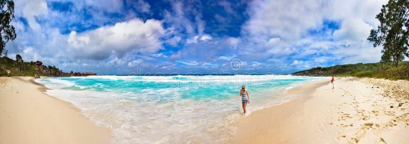 Panorama da praia grande de Anse foto de stock