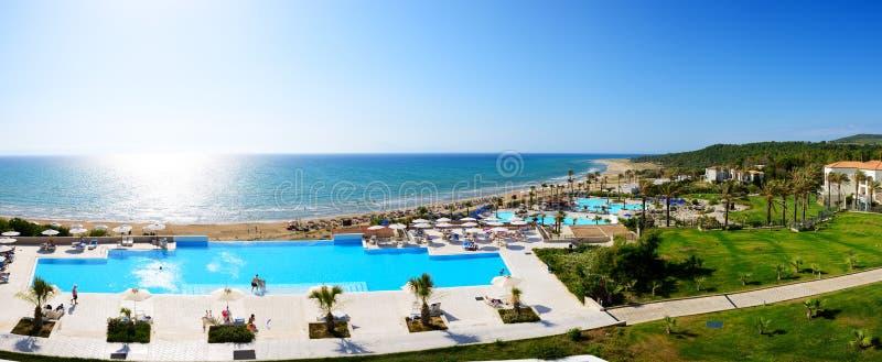 Panorama da praia no hotel de luxo foto de stock royalty free