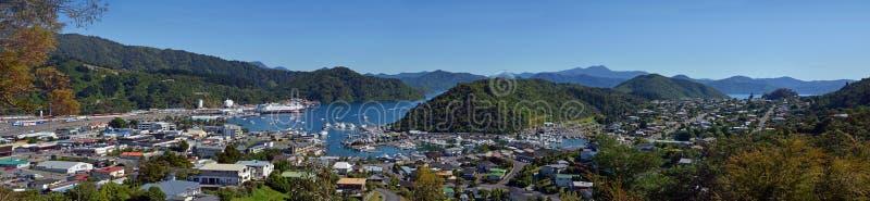 Panorama da rainha Charlotte Sound, do Picton & do Waikawa, Nova Zelândia imagens de stock royalty free