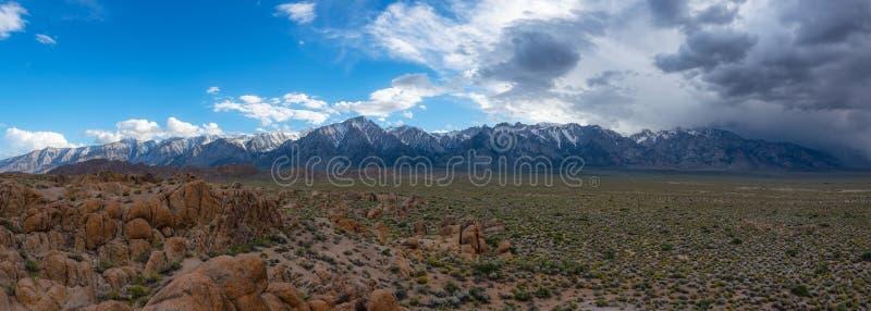 Panorama da Serra Nevada, serra do Alabama Hills fotografia de stock royalty free