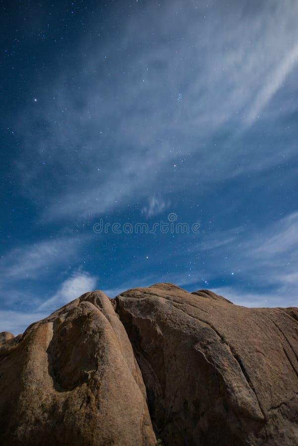 Panorama da serra Nevada Mountains na noite sob a luz de lua em montes de Alabama, pinho solitário, Califórnia fotografia de stock royalty free