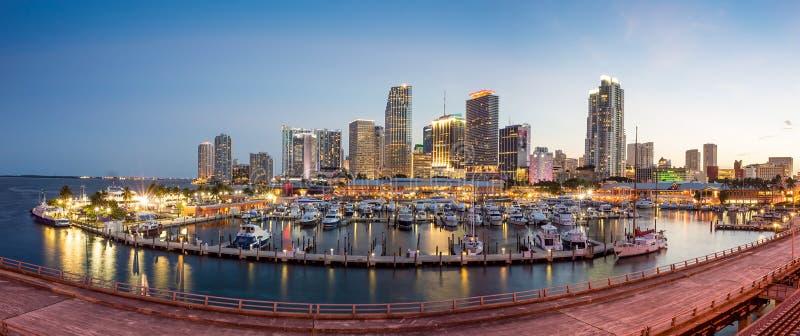 Panorama da skyline da cidade de Miami no crepúsculo fotografia de stock