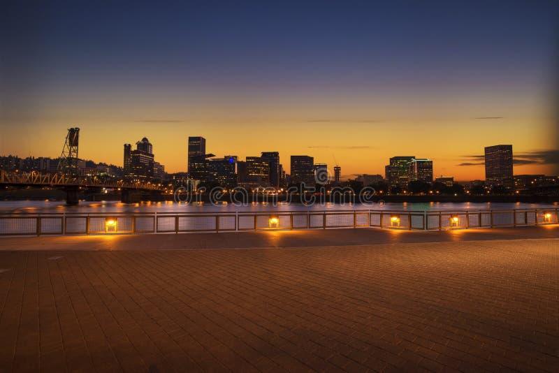 Panorama da skyline da cidade de Portland, Oregon com ponte de Hawthorne imagem de stock royalty free