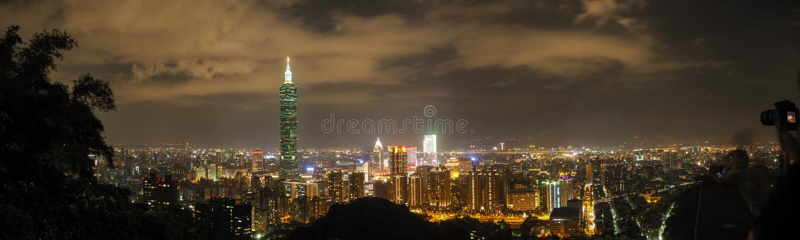 Panorama da skyline da noite de Taipei imagens de stock royalty free