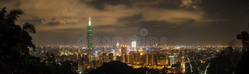 Panorama da skyline da noite de Taipei foto de stock royalty free
