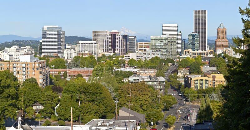 Panorama da skyline de Portland Oregon com capa do Mt. fotos de stock royalty free