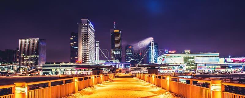Panorama da skyline de Vilnius na noite imagem de stock