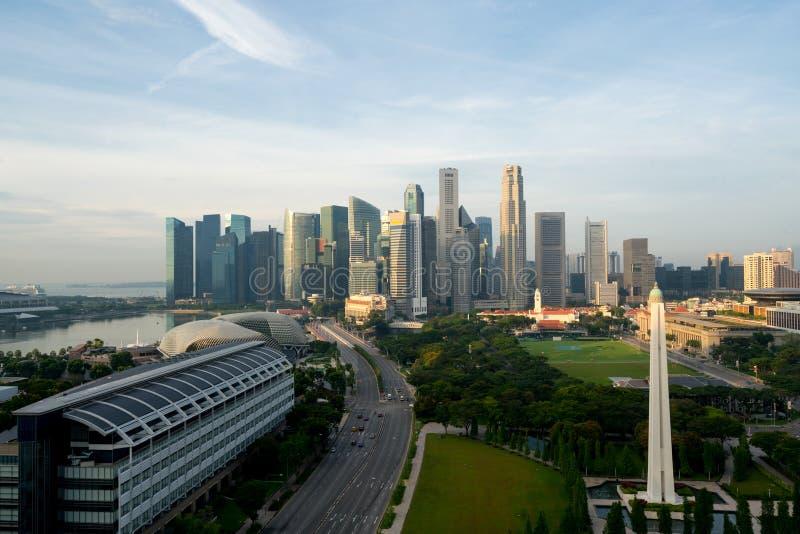 Panorama da skyline do distrito financeiro de Singapura e do arranha-céus de Singapura com guerra Memorial Park na manhã em Marin foto de stock