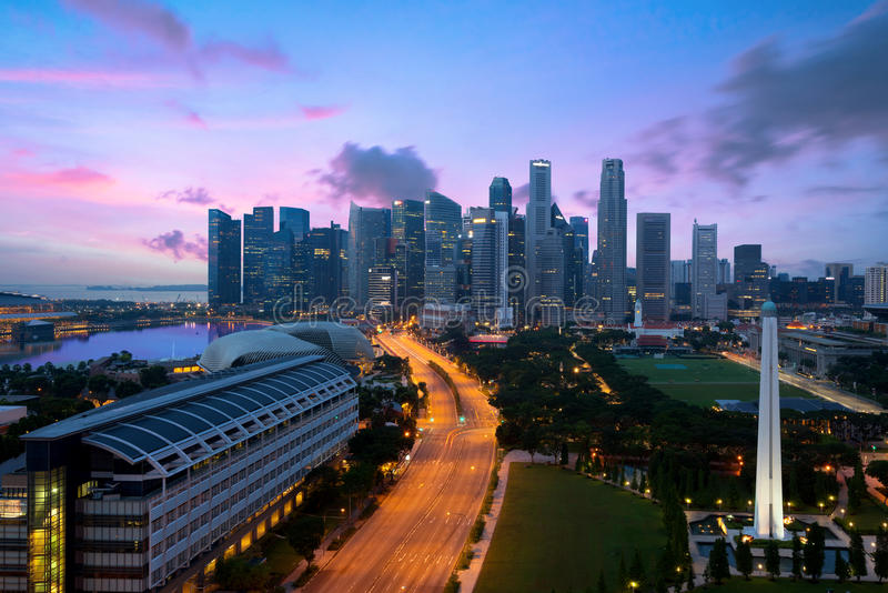 Panorama da skyline do distrito financeiro de Singapura e do Singapura SK imagem de stock