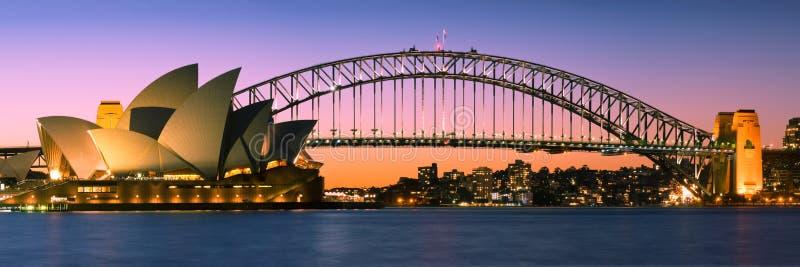 Panorama da skyline do porto de Sydney no crepúsculo imagem de stock royalty free