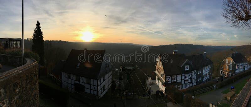 Panorama da telecadeira Seilbahn no Burg do castelo em Solingen com vista bonita no grupo do sol imagem de stock royalty free