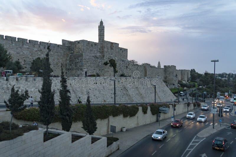 Panorama da torre de David na cidade velha do Jerusalém, Israel Parede velha da cidade do Jerusalém com a vista da torre na skyli fotos de stock