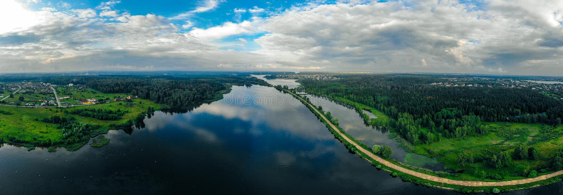 Panorama da un fuco di un fiume blu e di una foresta verde in Russia fotografia stock libera da diritti