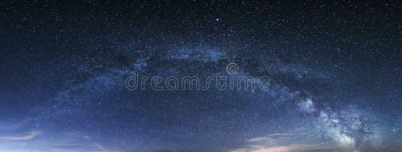 Panorama da Via Látea, céu noturno com estrelas imagens de stock royalty free