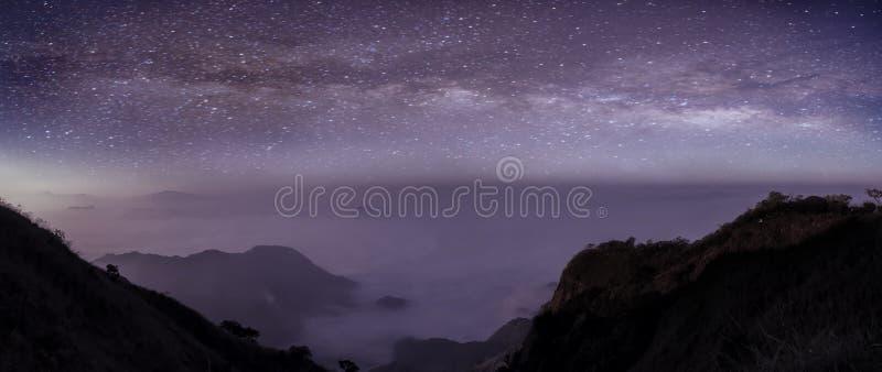 Panorama da Via Látea na noite com a montanha bonita do monte Via L?ctea e montanhas Vista fantástica com montanhas e estrela fotos de stock