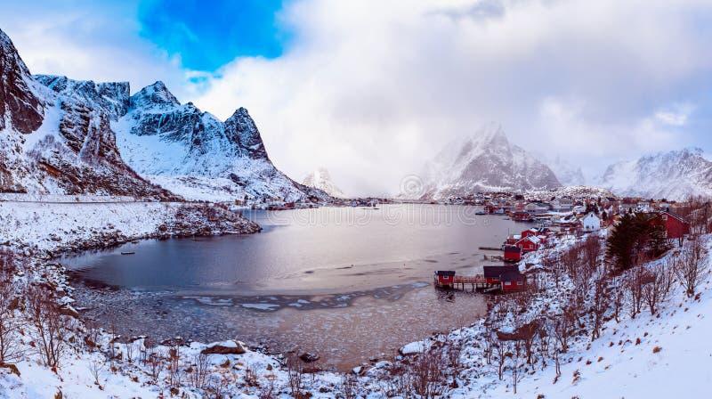 Panorama da vila de Reine fotos de stock royalty free