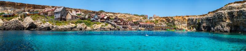 Panorama da vila no dia ensolarado, Malta de Popeye fotos de stock